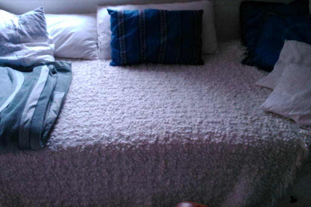 Schlafraum zum ruhigen Innenhof mit Schlafraum mit Bett, Kommode und Kleiderstange