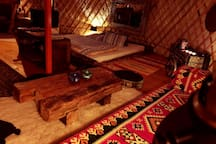 Bett mit 150 Jahre altem Holz. Bed with 150 years old wood.