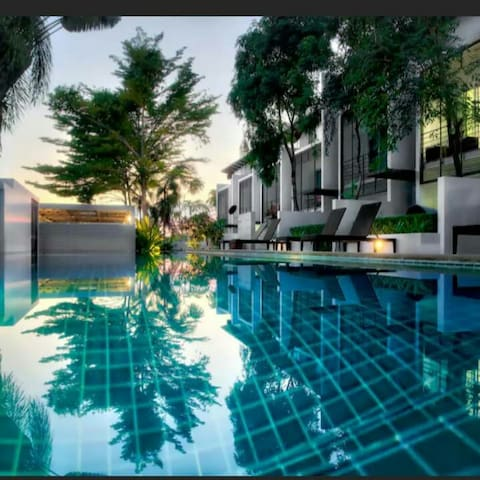 2 bedroom apartment ,large pool ,walk to the beach