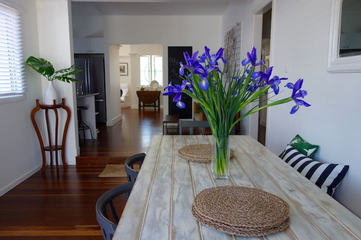 Dining Room - great long table for entertaining