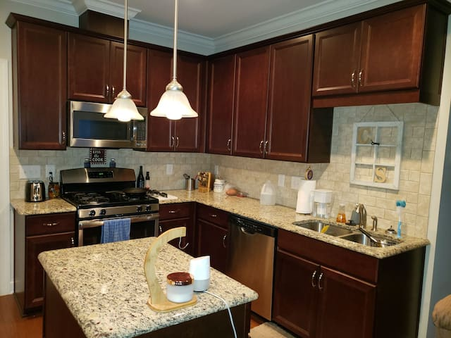 Feel at home, 8 minutes from historic DT Cary