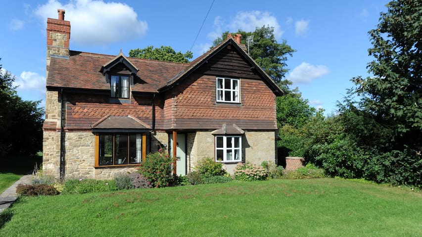 Charming cottage with beautiful views-Westerham