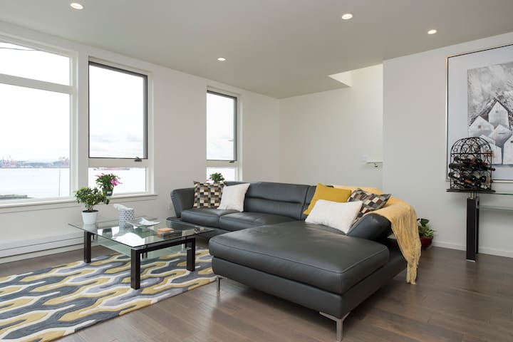3-story Alki Trail Townhome with Rooftop Deck - Seattle - Townhouse