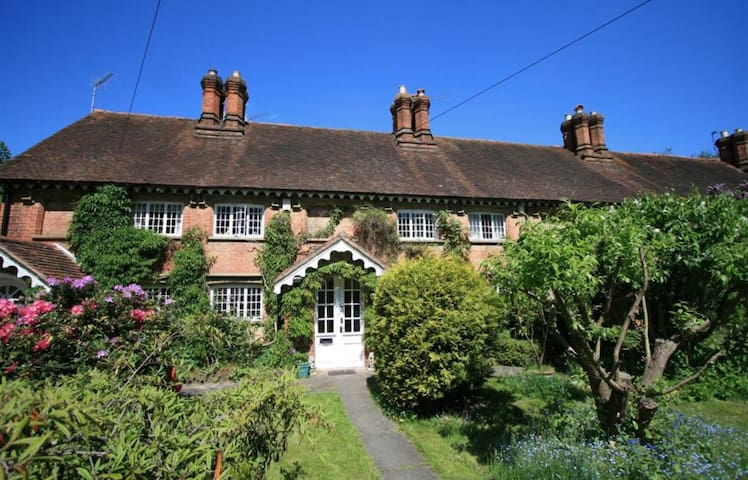 Charming Grade II listed cottage nr Slough/Windsor