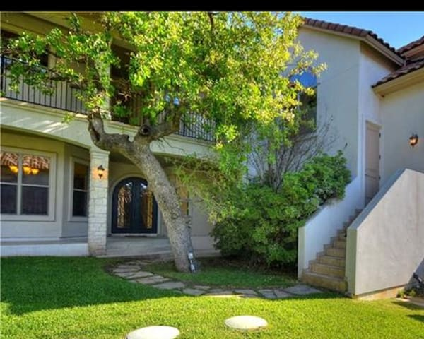 Lake Austin Guest House- pet friendly