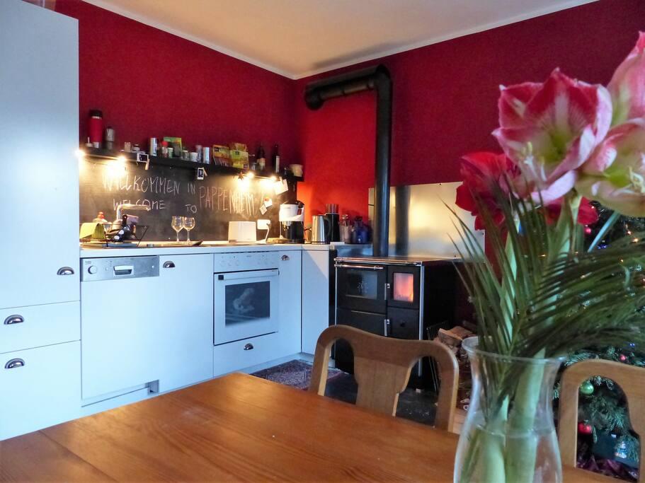Die kleine Einbauküche ist neu und verfügt über einen großen Kühlschrank mit Eisfach, eine Geschirrspülmaschine und einen Herd mit Ceran-Kochfeld.
