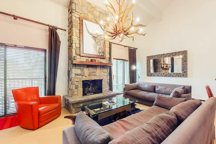 Upscale chic condo close to the slopes with shared hot tubs & winter shuttle