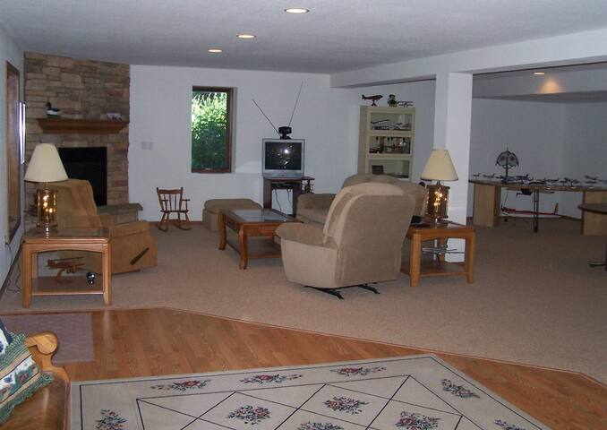 1400 sq. ft suite & extra bedroom