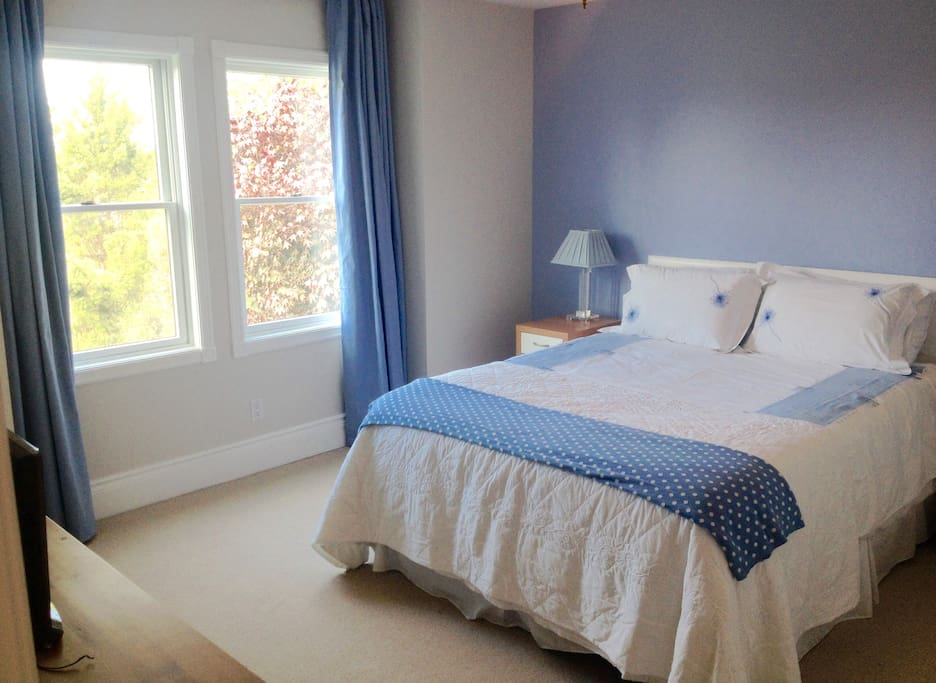 Queen room en-suite, bright with country views