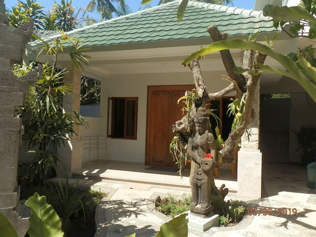 Garden Bungalow 1 - 3 single beds, first floor