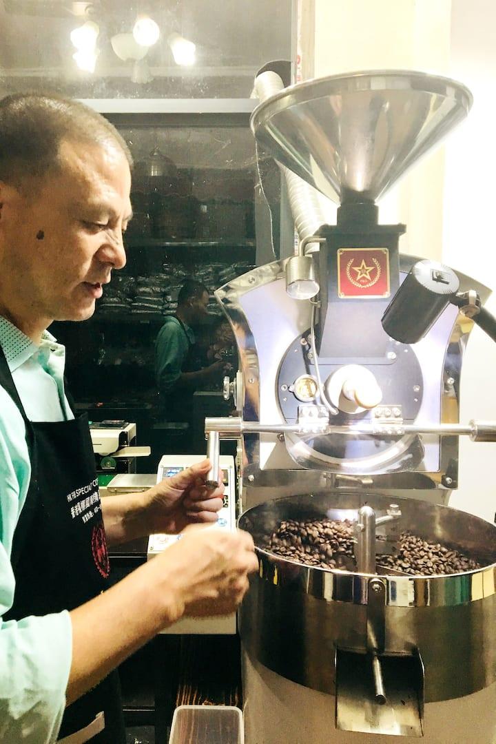 烘培导师在烘焙新鲜的咖啡豆