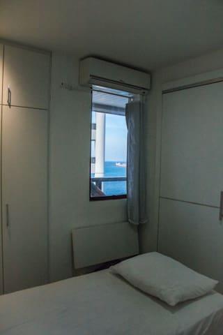 Vista do quarto com 2 camas de solteiro