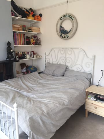 Sumptuous, bright double room in Clapham Old Town
