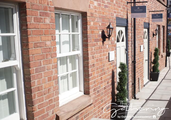 The Gathering Chester 1 – Sleeps 12 – Very Close to City Centre & Racecourse & Within Walls