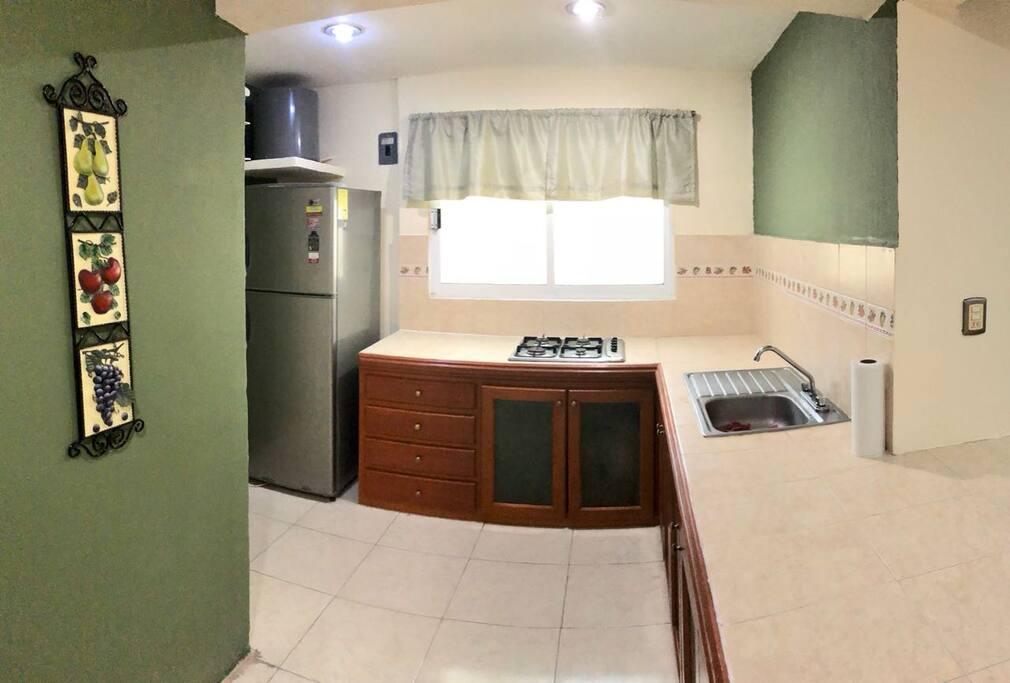 Cocina amplia con Refrigerador y estufa