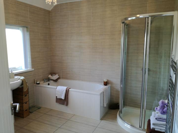 Minutes from Belfast, cosy & clean (no pets)