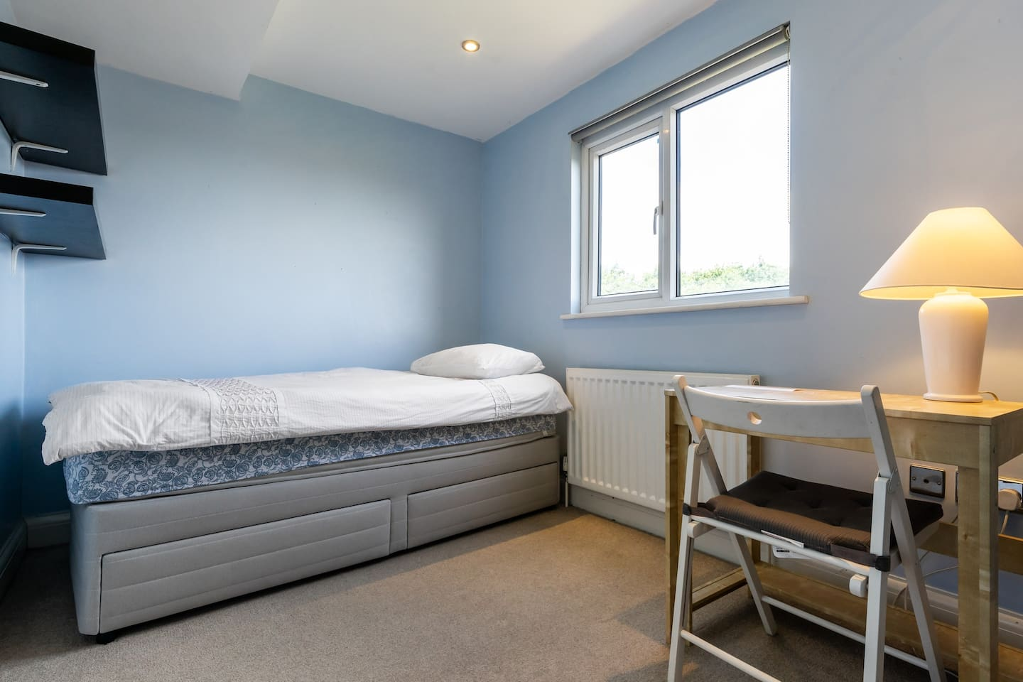 Bright room with a window overlooking the garden with a good view of Muswell Hill.Has new bed,drawers, clothes rail, shelves, desk and chair with desk lamp