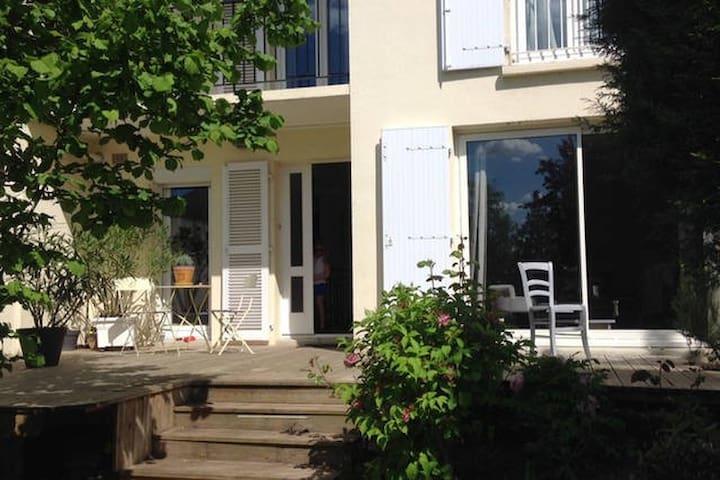 HOME SWEET HOME de MARGAUX, LEILA et JEAN-MARC.