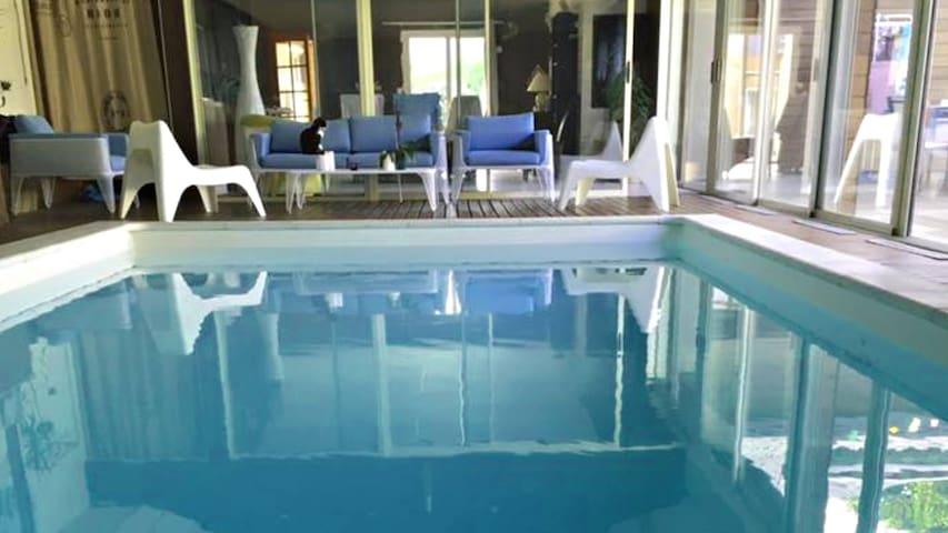 Spacieuse maison standing avec piscine intérieure