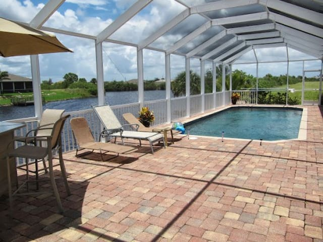 Pool, Waterfront, Sleeps eight - Cape Coral - Dům