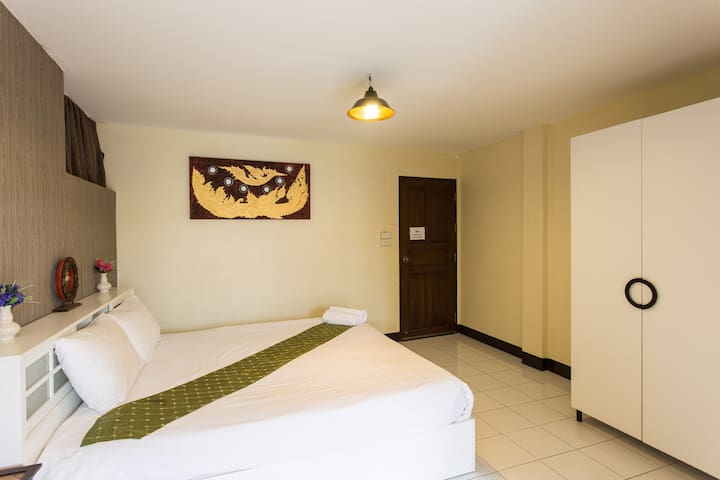 HusH Hostel/King Bed with Balcony
