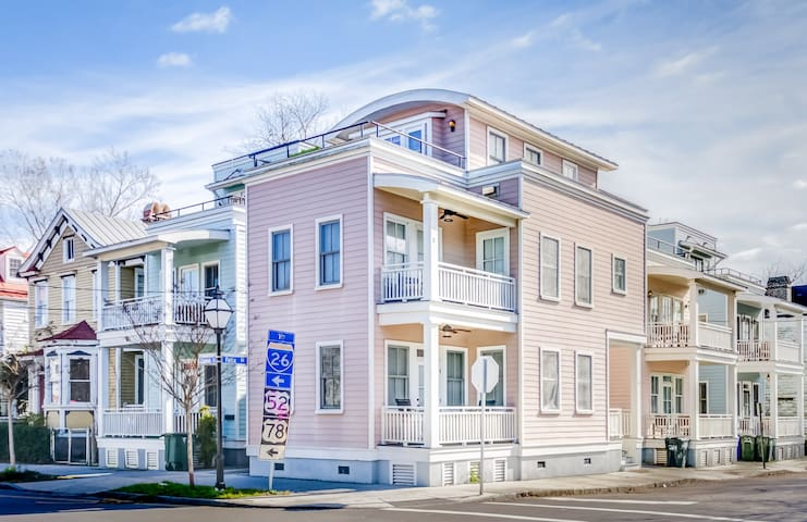 Entire 3BD/2.5BA luxury home 2 blocks from King St