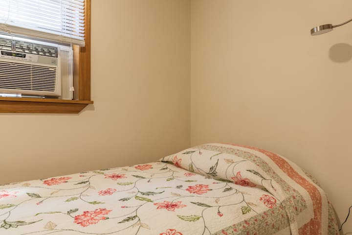 Cozy Room near Logan Airport ,T very near to Dtown