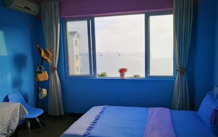 海景温馨双床房独立卫浴,三亚湾椰梦长廊,卧室窗户正对大海,设有共享厨房、有电梯,解放路步行街和凤凰岛