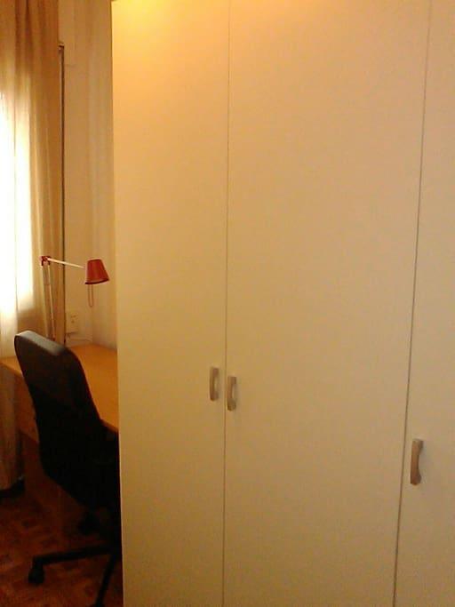 Armario de 3 puertas, muy amplio con porta zapatos.