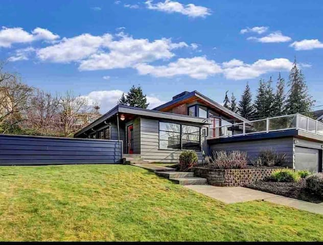 Mid Century Modern Spacious Home Spectacular View!