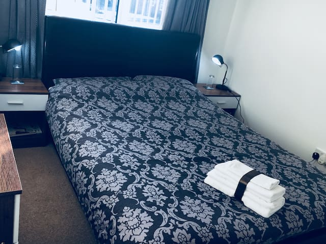 Elegant double bed close to Town centre & Kelpies