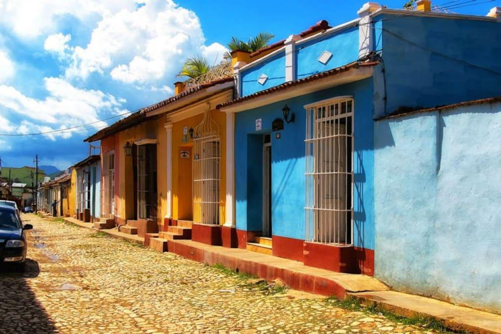 casa y vecindario en calles empedradas