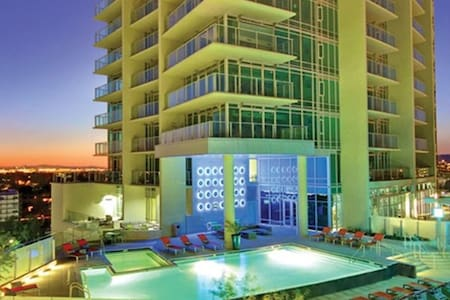 Sky Loft on Mill Ave. - Tempe - Appartement