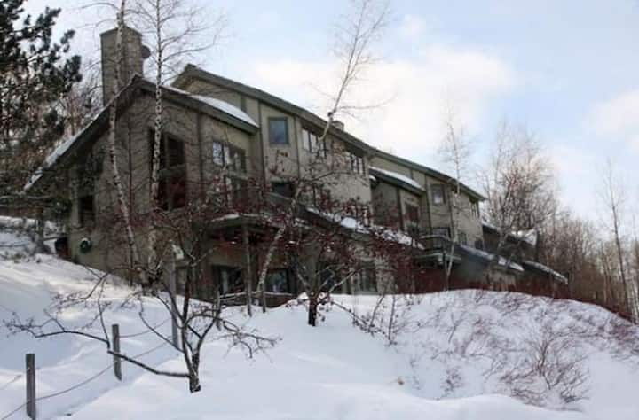 Bolton ski in/out spacious 3 Bedroom Townhome