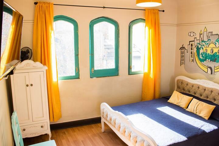 Habitación matrimonial con baño privado en hostal
