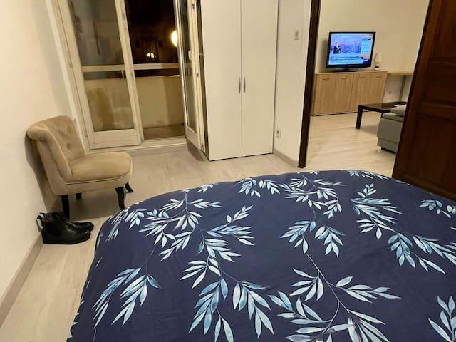 Chambre vue du lit vers la terrasse et le salon (Photo de nuit)