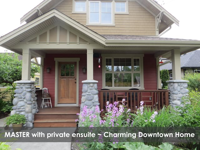 Master Bdr ~ Charming Downtown Home - Courtenay - Casa