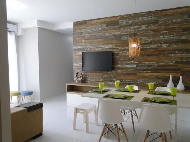 Sala para dois ambientes, com ar condicionado, mesa de jantar para 5 pessoas, internet WI-FI, e Smart TV com Netflix e TV aberta