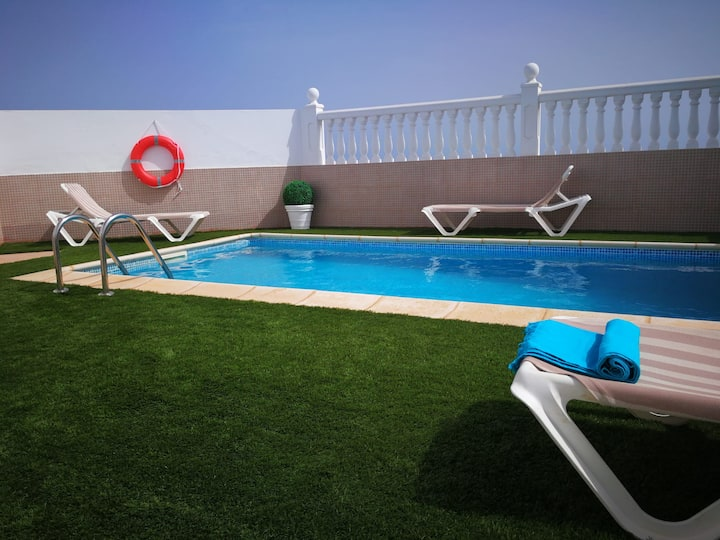 Una villa con piscina y vistas a Caleta de Fuste