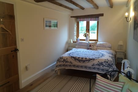 Lovely bright double bedroom with own bathroom - Alvescot - House