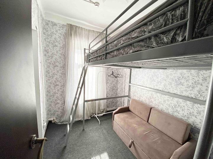 Уютная комната с кроватью-чердаком и своей ванной