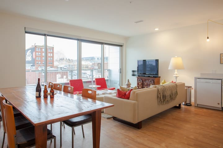 Luxury Crossroads Apt, Stunning Views of Downtown
