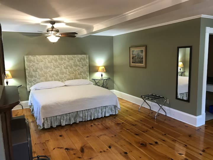 In Wolfville Accommodations, 56 Main St, Orchard