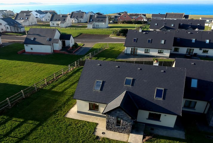 CAHERMORE HOLIDAY VILLAGE C19 - 100 yds to the sea - Enniscrone