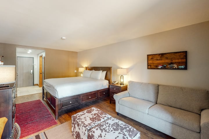 Well-located, ski-in/out room with WiFi & shared hot tub, pool, gym & firepit!