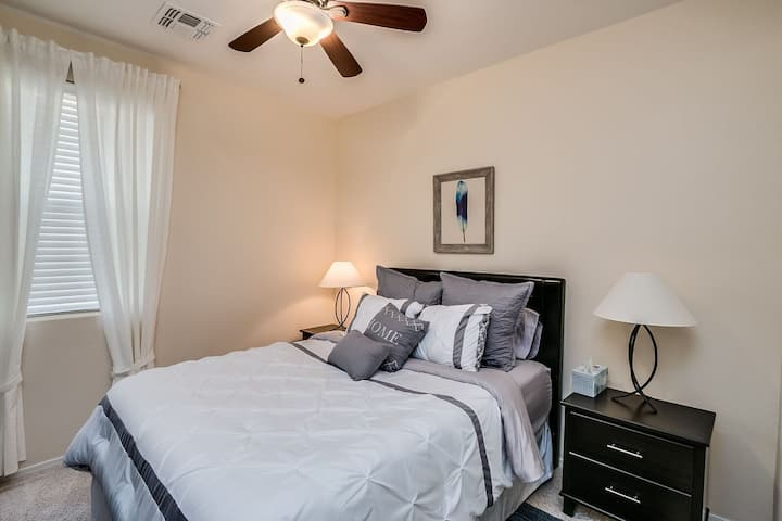 Comfortable suite close to 202 S, airport. Pool!