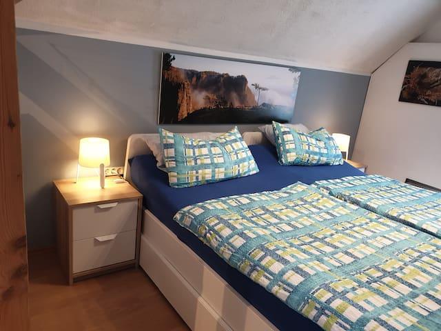 Das Doppelbett kann auch zu 2 Einzelbetten gestellt werden. 1 kl. TV- Gerät kann dir die Zeit vertreiben beim Einschlafen.