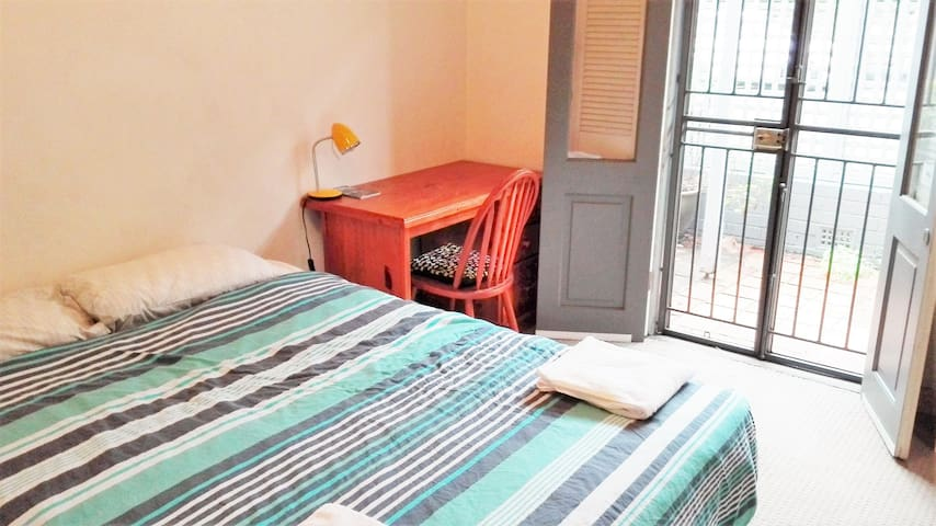 Sunny bedroom with private bathroom 5 min from CBD