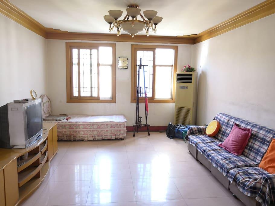 客厅,有一张小床,可以加人,空调可用。