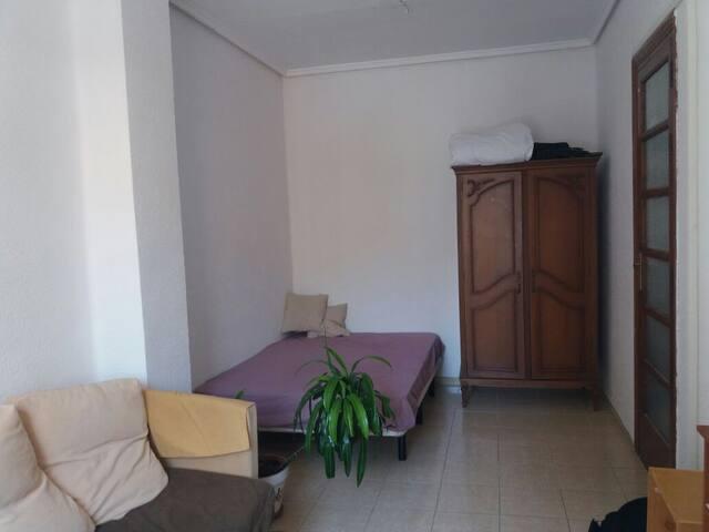 Großes Zimmer mit Doppelbett, Sofa und Kleiderschrank